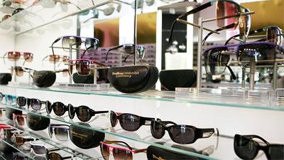 b0edaea7fb275 Nesta época a SUNGLASS HUT tinha mais de 1.800 lojas