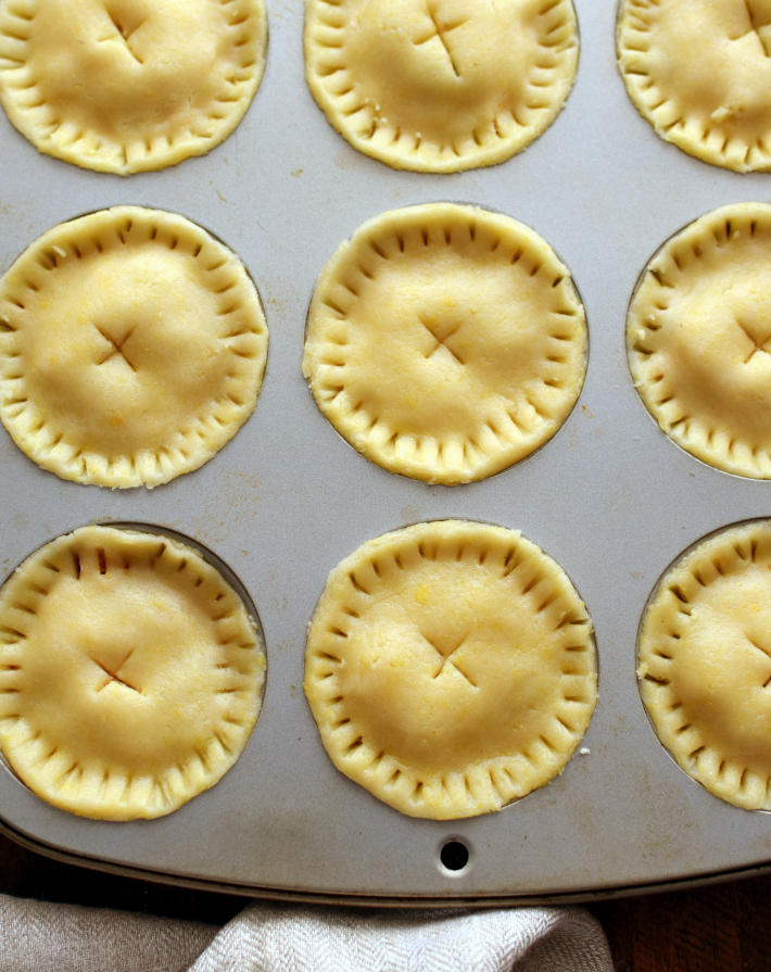 Polvorosa de pollo en molde de muffins antes de ir al horno