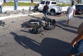 Acidente destrói carros, moto e poste e deixa feridos na Paraíba; veja vídeo