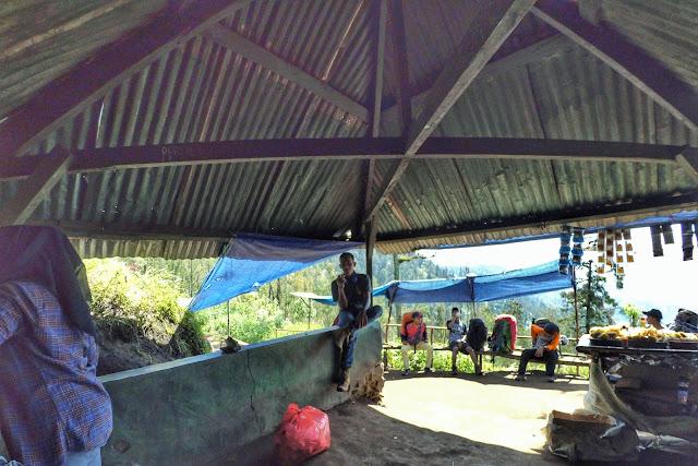 Penjual Makanan di Pos Peristirahatan Pendaki Gunung Semeru