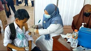 Ratusan Siswa Aceh Timur Disuntik Vaksin, Disaksikan Kapolda dan Sekda Aceh