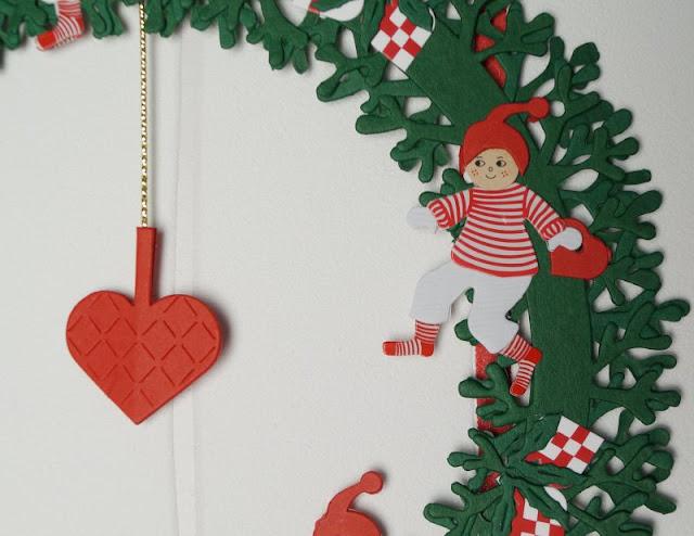 Die Nissedør: Unsere dänische Wichteltür (+ Verlosung). Der Wichtel kann auch Geschenke bringen: Dieser Kranz bzw. dieses Fensterbild mit Wichteln und Wichtelinnen ist handgefertigt nach dem Design von Oda Wiedbrecht