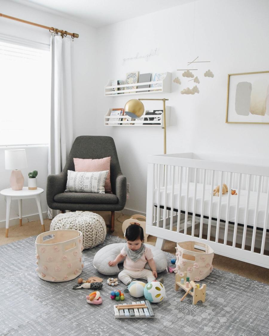 Proste i przytulne wnętrze w bieli, wystrój wnętrz, wnętrza, urządzanie domu, dekoracje wnętrz, aranżacja wnętrz, inspiracje wnętrz,interior design , dom i wnętrze, aranżacja mieszkania, modne wnętrza, białe wnętrza, wnętrza w bieli, styl skandynawski, minimalizm, naturalne dodatki, jasne wnętrza, pokój dziecięcy, pastelowe kolory, łóżeczko