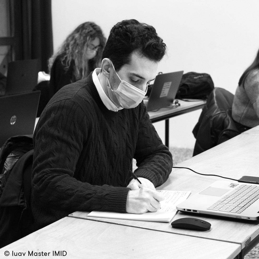 05_iuav_master_interactive_media_for_interior_design_studente_in_aula_prende_appunti_durante_la_lezione_di_modellazione_3d