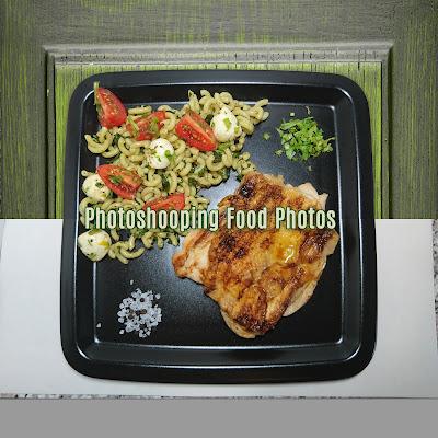 Vorher/nachher Bild von dem Gericht Haehnchensteak mit mediterranem Nudelsalat vor der Bearbeitung mit Photoshop cc und danach