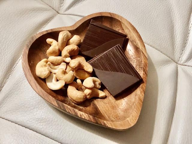Viikonlpun herkkuhetki: cashew pähkinöitä ja tummaa suklaata