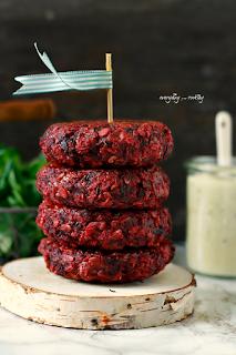 http://www.greencooking.pl/2016/03/burgery-z-buraka-z-kozim-serem-sos.html#more