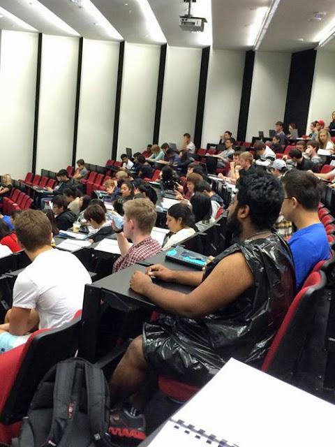 Witziges Bild - Armer Student in Vorlesung mit Müllsack bekleidet
