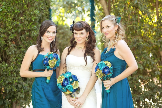 feather+wedding+theme+inspiration+blue+teal+turquoise+beige+champagne+green+reception+table+centerpiece+table+place+setting+escort+card+cards+bouquet+bridesmaids+dresses+bridal+dress+gown+meghan+wiesman+photography+14 - Show your feathers!