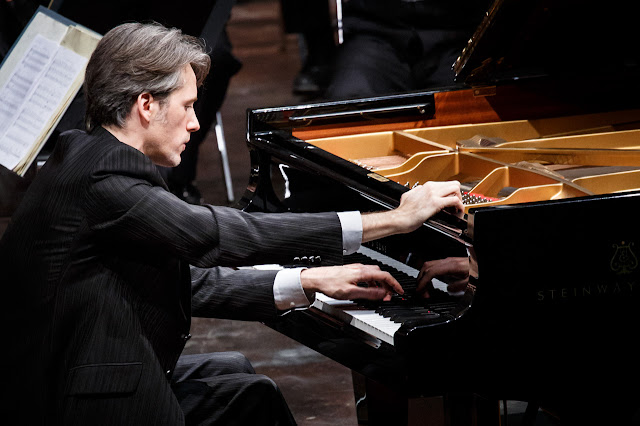 Vincent Larderet performing Ravel's Concerto for the left hand (Photo Christophe Gremiot)