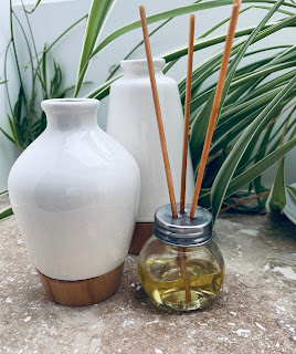 flacon en verre et baton de bois pour diffuser des huiles essentielles