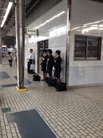 altri controllori in divisa attendono lo shinkansen