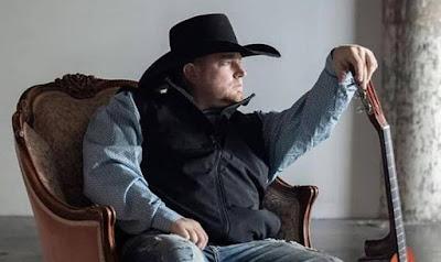 Justin Carter, cantor de country, morre ao atirar em si mesmo por engano gravando clipe com arma