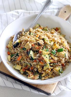 Machen-veggie-gebratenen-Reis-mit-Eiern-Karotte