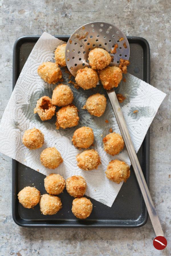 Frittierte Bitterballen, holländische Fleisch-Kroketten selbstgemacht #bitterballen #rezept #deutsch #dutch #maken #photography #recipe_dutch #mozarella #vegan #vegetarisch #champignon #packaging #fried #zelf #frittierte #foodblog #netherlands #holland