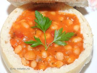Fasole scazuta in paine reteta de post iahnie mancare fasolica boabe cu ceapa morcovi ardei bulion servita in bol de pâine retete culinare mancaruri cu legume traditionale romanesti,