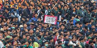 Tulisan Kocak Waktu Demo Mahasiswa di Depan Gedung DPR 12