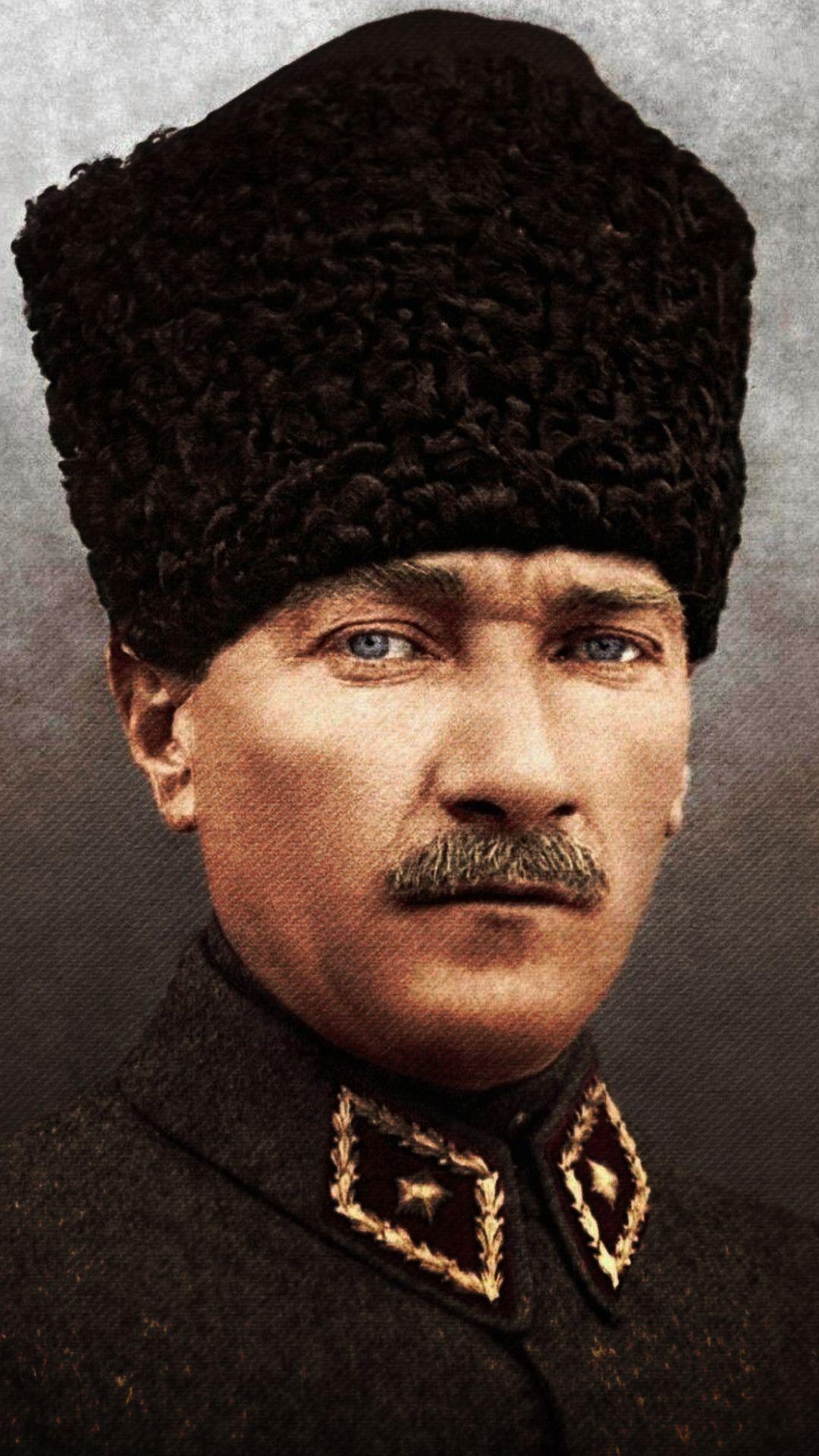 Atatürk renkli resim indir, Ataturk resım hizli, resim yükle, indir, hızlı resim url, yükle, Atatürk telefon duvar kagıdı indir, profil resimi, Ataturk resimleri ,Ataturk fotograflari Atatürk-renkli-resim-Ataturk-resım-hizli-resim-yükle-indir-hızlı resim-url-yükle-Atatürk-telefon-duvar-kagıdı-indir-profil-resimi-Ataturk-resimleri-Ataturk-fotograflari  Türkiyyenin  tarihi liderlerinden biri de Mustafa Kemal Atatürkdür. Türk halkı  Atatürkü kendi kahramanı ve lideri larak gördüğü için belkide  Türkiyyede  en çok sevilen bir tarihi şahısdır. Bu günkü yayınımızda Atatürkün renkli resimlerini size takdim edeceğiz. İsteyen telefonuna indirerek telefon duvar kağıdı olarak kullana bilir ve ya instagram ve facebook profillerinde paylaşa bilirler. Hızlı resim indirmenin bize  sağladığı imkanlardan yararlanarak Atatürkün renkli resimlerini hd olarak ücretsiz indire bilirsiniz. Resimin üzerine basılı tutarak açılan pencerede resmi indir yazısına tıklayarak fotoğrafları indire bilirsiniz     ATATÜRK'ÜN HAYATI KISACA Mustafa Kemal Atatürk 1881 yılında Selanik'te doğdu. Ali Rıza Efendi babası,  Zübeyde Hanım ise annesidir. Mustafa Kemal Atatürk'ün eğitim aldığı okullar baştan sona     şöyledir; ilkokul eğitimini Mahalle Mektebinde ve Şemsi Efendi Okulunda, ortaokul eğitimini  Selanik Mülkiye Rüştiyesi ve Selanik Askeri Rüştiyesinde, lise eğitimini Selanik Askeri  İdadisi, üniversite eğitimini ise Harp Okulu ve Harp Akademisinde almıştır. 1893 yılında  Askeri Rüştiye'de okurken matematik öğretmeni ona Kemal ismini verdi ve böylece ismi  Mustafa Kemal oldu.  I. Dünya Savaşı nihayete erdiğinde Mondros Ateşkes antlaşması imzalanması ile vatan  topraklarını paylaşılacaktı. Fakat duruma el koyan Mustafa Kemal, 19 Mayıs 1919'da     Samsun'a çıkarak milli mücadelenin temellerini attı.23 Nisan 1920 tarihinde TBMM'nin     açılmasına önder olan Mustafa Kemal Meclis tarafından da Hükümet Başkanı seçildi. 5  Ağustos 1921'de yine Meclis tarafından Başkomutan seçildi. Sakarya Savaşı'nın  kazanıl