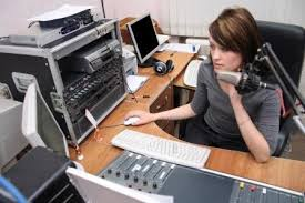 (1) Penyiar radio lagi siaran