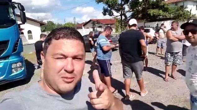 Internauta chama caminhoneiros de drogados e acaba recebendo uma visita deles