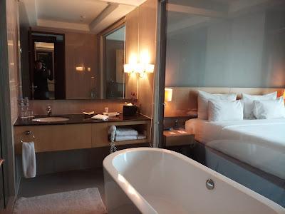 Kamar mandi dengan bathtub di Hotel JS Luwansa