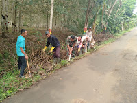 Bersama Perangkat Desa, Babinsa Koramil 13/BP Kompak Gotong royong bersihkan Desa Karya Ambalutu