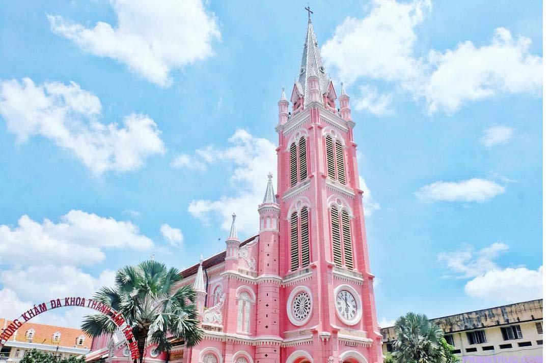 Hình chụp bên ngoài của nhà thờ màu hồng Tân định