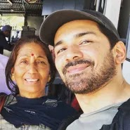 abhinav shukla with her mother