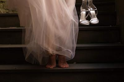 Novia con zapatos en la mano