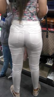 Hermosa mujer lindas nalgas pantalon blanco