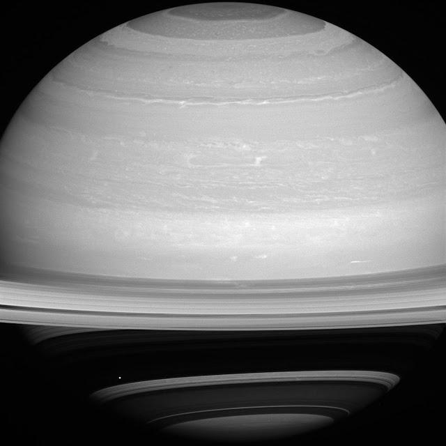 Hình ảnh chụp từ tàu Cassini vào ngày 13 tháng 7 năm 2014 cho thấy mùa hè đã sắp đến với bán cầu bắc Sao Thổ. Khi các mùa thay đổi, kích thước của bóng đổ của các vành đai cũng thay đổi theo. Hình ảnh: NASA/JPL.