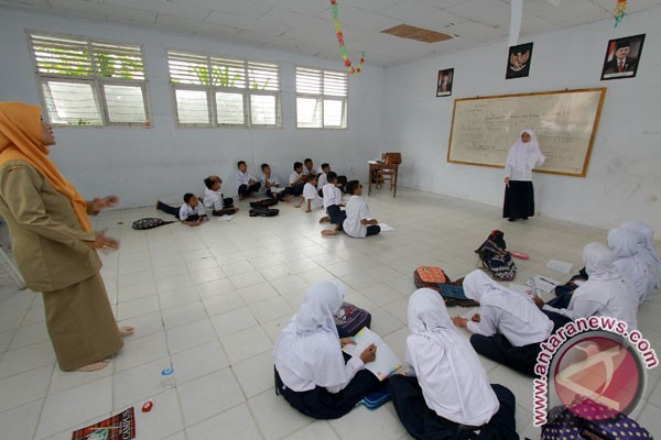 SMA Negeri di Bekasi Lesehan Akibat Tidak Ada Meja Dan Kursi