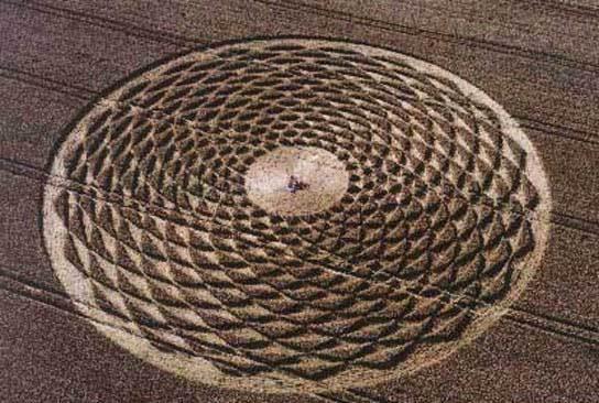 Giải mã ý nghĩa vòng tròn ngoài hành tinh khổng lồ giữa cánh đồng ở Đức