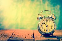 Pengertian Tepat Waktu, Urgensi, dan Caranya
