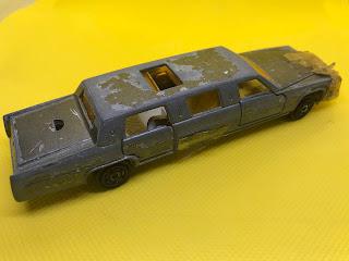 キャデラック リムジン のおんぼろミニカーを斜め後ろから撮影