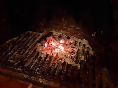 Brasas en la chimenea de una casa de pueblo en Barxeta