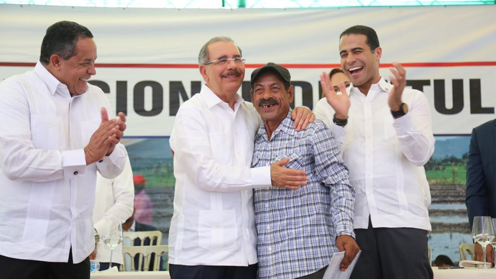 VIDEO: Gobierno salda histórica deuda social con santiagueros: parceleros reciben 1,504 títulos propiedad