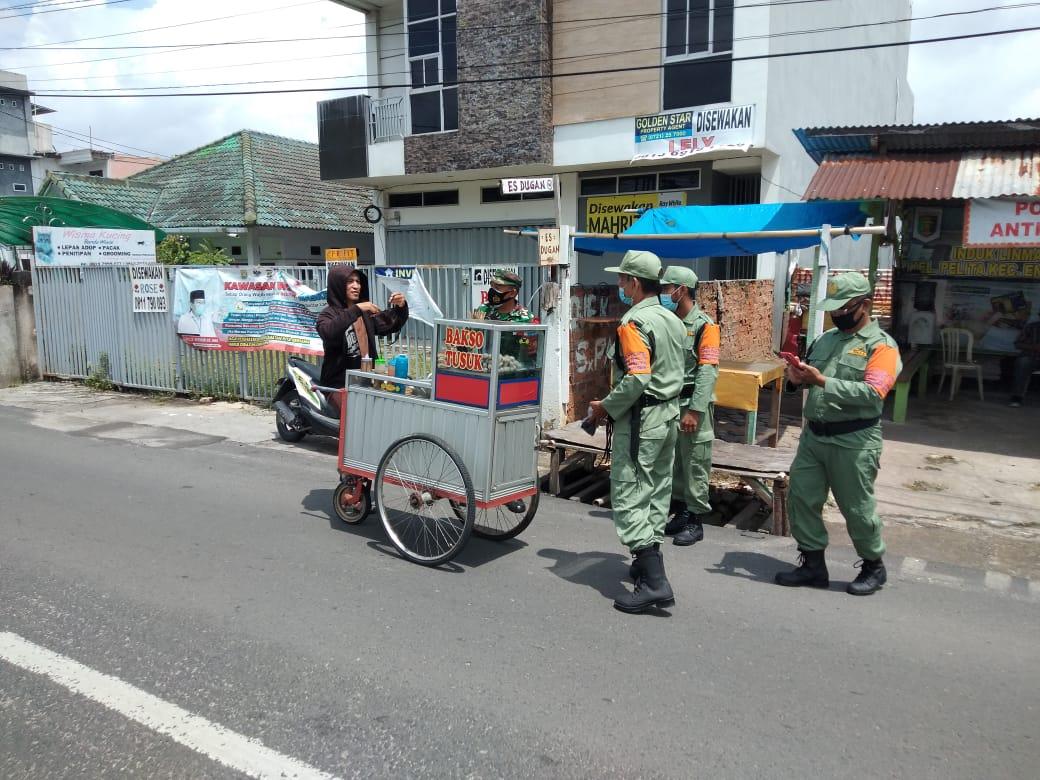 Babinsa Koramil 410-05TKP Kodim 0410KBL Serma Pranoto bersama dengan perangkat Kelurahan Pelita dan sejumlah personel Linmas Kelurahan Pelita, membagikan masker gratis