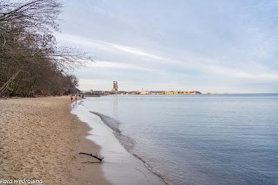 Na plaży w Redłowie, w oddali port