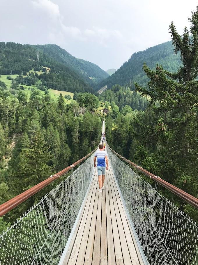 Ik wandelde over de hangbrug tussen Fürgangen en Mühlebach in Zwitserland