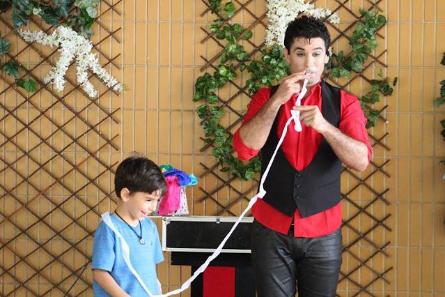 Animação e entretenimento com show circense de mágica em evento da semana das crianças em São Paulo.