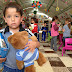 """Acuden niños al centro de acopio del Issste a donar peluches """"abrazables"""""""