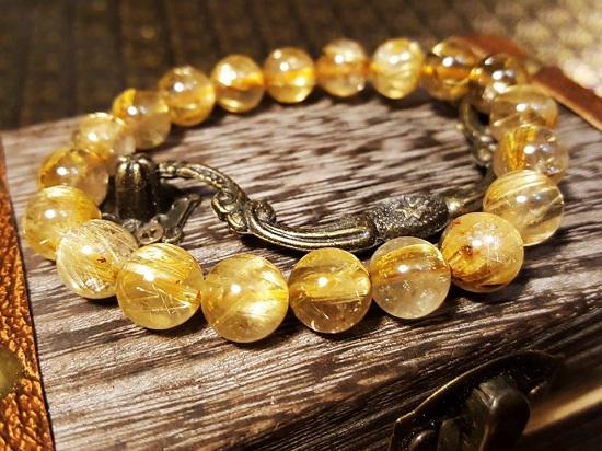 Thạch anh vàng màu mật là mẫu đá quý vô cùng tốt cho người mạng kim