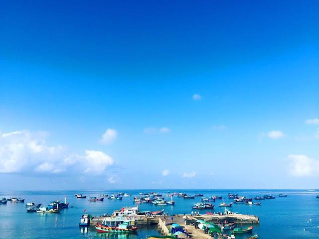 Khung cảnh trước Cảng cá Lý Sơn