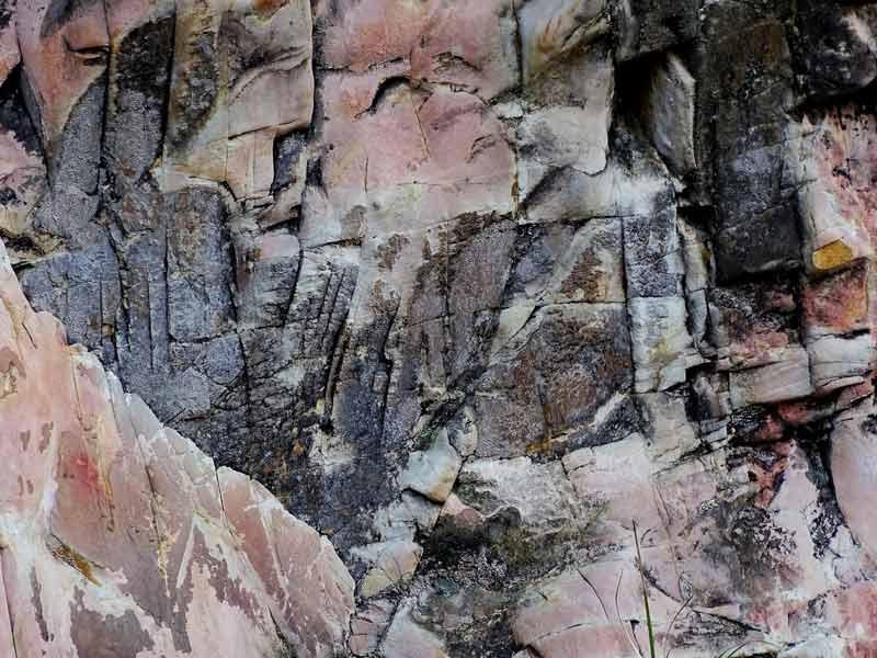 Exposição de quartzito do Pico do Jaraguá visualizada a partir da estrada que leva ao topo do elevado