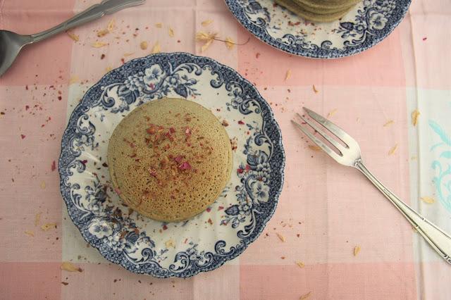 Cuillère et saladier : Pancakes à la farine de coco, thé matcha et fleur d'oranger