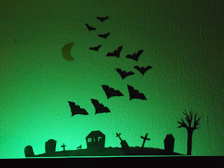 Halloween-i dekoráció zöld világításban
