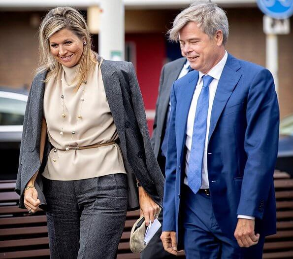 Queen Maxima wore a sleeveless high-neck shirt by Zara. Gerda Lynggaard gold necklace