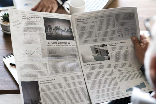 Membaca Berita di Surat Kabar