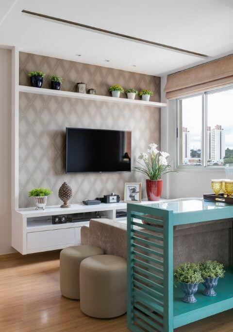 sala de tv com rack branco e papel de parede no lugar de painel
